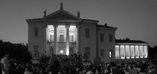La magia della villa di sera