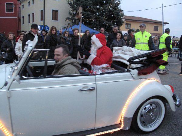 La magia del Natale illumina la piazza