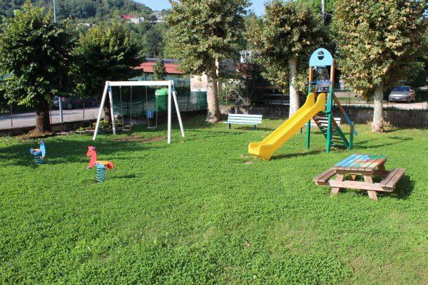 Studenti artisti rinnovano il parco giochi di Ponte Cocco, sabato l'inaugurazione
