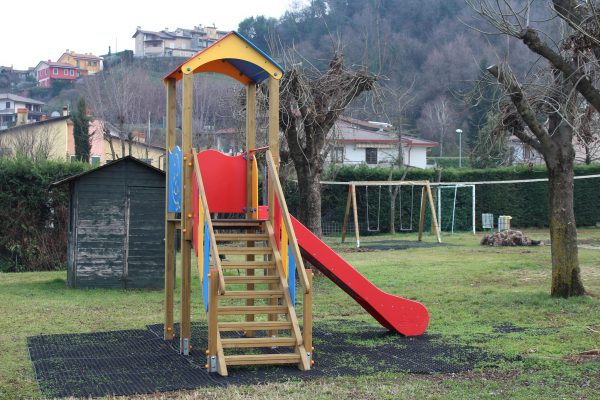 Nuove giostre per il parco di via Fogazzaro