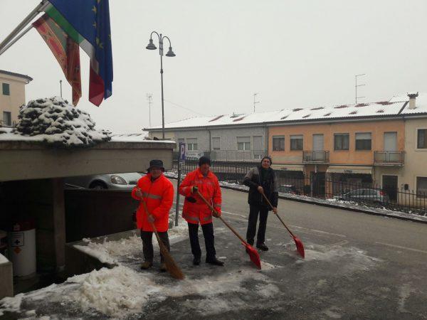 Protezione Civile al lavoro per liberare i marciapiedi dalla neve