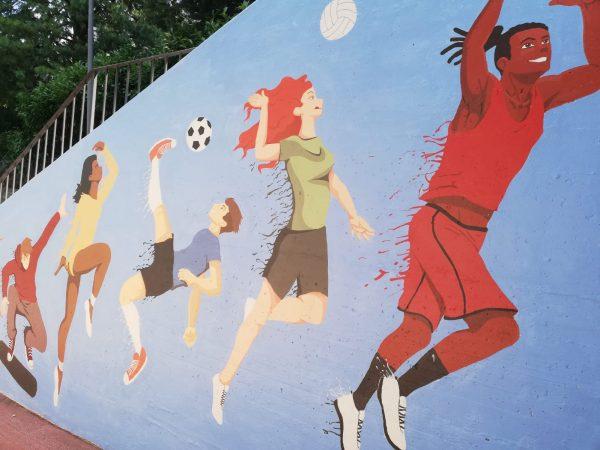 Un murale al campo sportivo, opera di due artiste studentesse
